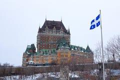 Vue de Frontenac Castel Chateau de Frontenac, en français en hiver sous la neige avec un écartement de drapeau du Québec photographie stock libre de droits