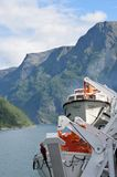 Vue de Geirangerfjord Norvège d'arrière de bateau de croisière Magellan avec des canots de sauvetage dans le premier plan Images libres de droits