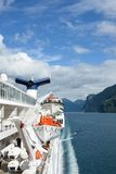 Vue de Geirangerfjord Norvège d'arrière de bateau de croisière Magellan avec les canots de sauvetage et l'entonnoir Photographie stock libre de droits