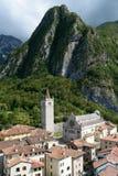 Vue de Gemona del Friuli avec la cathédrale Italie Photos libres de droits