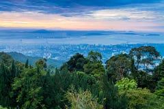 Vue de George Town City de colline de Penang pendant l'aube photos stock