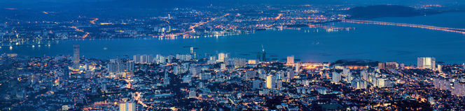 Vue de George Town Penang Malaysia Aerial à l'heure bleue Photos stock