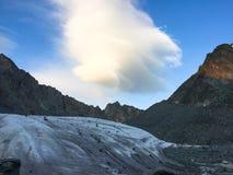 Vue de glacier Nuage stup?fiant dans la r?gion de montagne de Belukha Altai, Russie images libres de droits