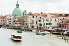 Vue de Grand Canal de Venise, Italie Le bateau navigue sur l'eau avec des touristes, jour d'été Photo stock