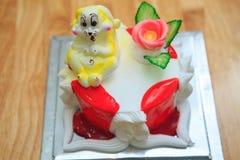 vue de grand gâteau d'anniversaire léger avec le lapin sur la table en bois Images stock