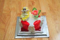 vue de grand gâteau d'anniversaire léger avec le lapin sur la table en bois Photo libre de droits