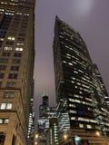Vue de gratte-ciel des lumières de Noël/vacances montrées dans le downtow photos stock
