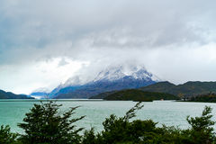Vue de Gray Lake et de Gray Glacier avec la montagne de neige dans le rai Images libres de droits