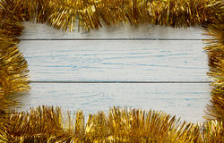 Vue de guirlande d'or de Noël Fond blanc en bois Photographie stock