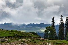 Vue de Gulmarg au Cachemire en nuages en été photo stock