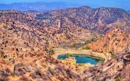 Vue de Hanuman Sagar Lake et fortifications d'Amer Jaipur, Inde Images libres de droits