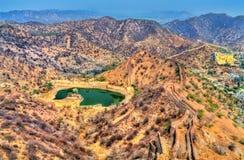 Vue de Hanuman Sagar Lake et fortifications d'Amer Jaipur, Inde Images stock