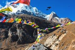 Vue de hautes montagnes et de drapeaux bouddhistes népalais de prière Photo stock