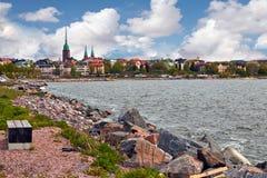 Vue de Helsinki d'un rivage rocheux Image libre de droits
