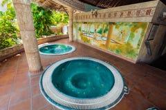 Vue de invitation stupéfiante de pièce extérieure de station thermale avec le jacuzzi hydraulique de massage Photos libres de droits