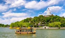 Vue de Jade Island avec la pagoda blanche en parc de Beihai - Pékin photos stock