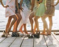 Vue de jambes des amis détendant et refroidissant extérieur - les jeunes ayant l'amusement ensemble dehors au vieux centre de vil Image stock