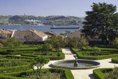 Vue de jardin au-dessus de rivière Photographie stock libre de droits