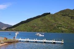 Vue de jetée de bras de vergers par la route de touristes scénique d'itinéraire de la Reine Charlotte Drive, à la baie d'Okiwa, l Photo stock