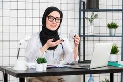 Vue de jeune docteur musulman avec la boîte de médecines de pilules photographie stock
