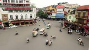 Vue de jour de laps de temps d'intersection du trafic de ci-dessus - Hanoï Vietnam banque de vidéos