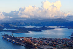Vue de jour de port chez Yantian Shenzhen gauche Chine Images libres de droits