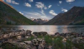 Vue de jour du rivage vers le lac mountain reflétant le ciel bleu, nature des montagnes Autumn Landscape de montagnes d'Altai Photo libre de droits