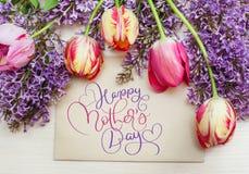 Vue de jour heureux de tulipes et de mères de lilas et de textes Aspiration de main de lettrage de calligraphie Image stock