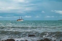 Vue de jour nuageux à la plage tropicale photographie stock libre de droits