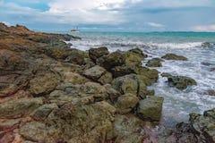 Vue de jour nuageux à la plage tropicale photo stock