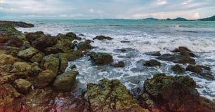 Vue de jour nuageux à la plage tropicale images stock