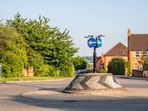 Vue de jour de rond point anglais typique de brique avec les signes directionnels Image libre de droits