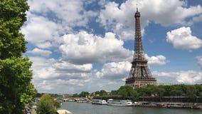 Vue de jour de Tour Eiffel, Paris banque de vidéos