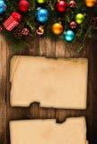 Vue de Joyeux Noël avec le vrai pin vert en bois, les babioles colorées, le boxe de cadeau et toute autre substance saisonnière a Photos libres de droits