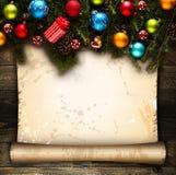 Vue de Joyeux Noël avec le vrai pin vert en bois, les babioles colorées, le boxe de cadeau et toute autre substance saisonnière a Image libre de droits