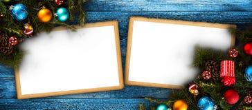 Vue de Joyeux Noël avec le vrai pin vert en bois, les babioles colorées, le boxe de cadeau et toute autre substance saisonnière a Photo stock
