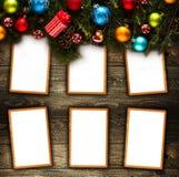Vue de Joyeux Noël avec le vrai pin vert en bois, les babioles colorées, le boxe de cadeau et toute autre substance saisonnière a Images libres de droits