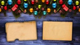 Vue de Joyeux Noël avec le vrai pin vert en bois, les babioles colorées, le boxe de cadeau et toute autre substance saisonnière a Images stock