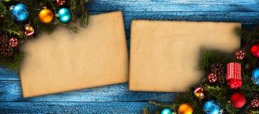 Vue de Joyeux Noël avec le vrai pin vert en bois, les babioles colorées, le boxe de cadeau et toute autre substance saisonnière a Photographie stock libre de droits