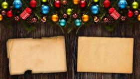 Vue de Joyeux Noël avec le vrai pin vert en bois, les babioles colorées, le boxe de cadeau et toute autre substance saisonnière a Photo libre de droits