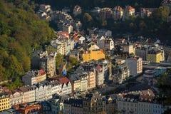 vue de Karlovy Vary de la tour de surveillance dans la forêt photos libres de droits