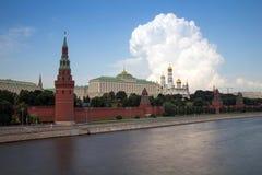 Vue de Kremlin du pont en pierre Images stock