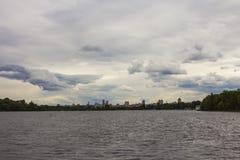 Vue de Kyiv avant le début d'un orage l'ukraine image stock