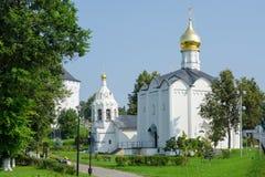 Vue de l'église de vendredi et de la tour de cloche se tenant à côté de Sergiev Posad Images libres de droits