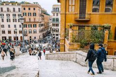 Vue de l'église du dei Monti de Trinita à l'Espagnol Steps Piazza di Spagna Photo stock