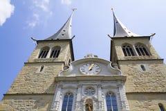 Vue de l'église en l'honneur du saint patron de la luzerne en Suisse photo libre de droits