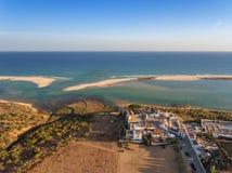 Vue de l'église et de la mer du ciel, le village Cacela Velha Photos libres de droits