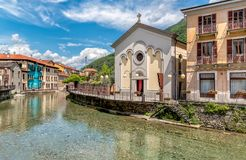 Vue de l'éloquence sacrée de coeur sur le canal au centre historique d'Omegna, Piémont, Italie Image stock