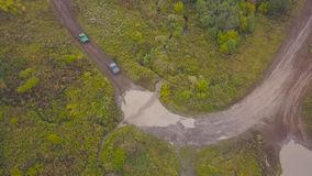 Vue de l'équitation de SUVs sur le magma clip Vue supérieure de surmonter des magmas de SUVs sur des courses de boue Emballage de photographie stock