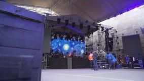 Vue de l'étape de dôme de concert, du personnel technique et des musiciens recueillis à côté de elle banque de vidéos